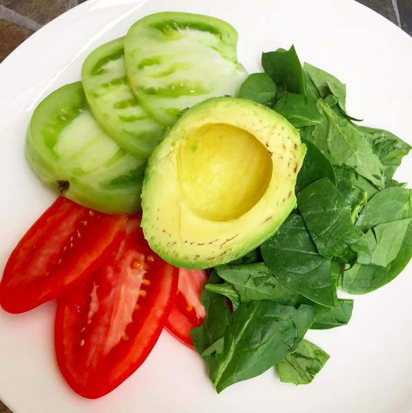 Fresh spinach, green and red tomatoes, avocado, lemon juice and a dash of pink himalayan salt.